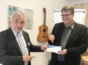 Geschäftsführer Dr. Joachim Wilbers überreicht die Forderungen des bpa